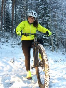 Maria Wetterlöv på sin mountainbike,